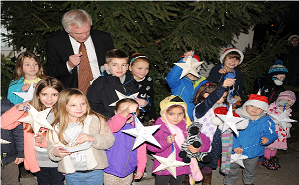 David Davis MP switches on Gilberdyke Christmas lights